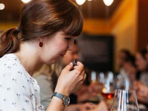 Junge Frau testet Schokolade
