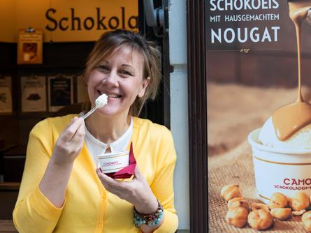Susannißt ihr erstes Eis im Dresdner Schokoladen-Laden